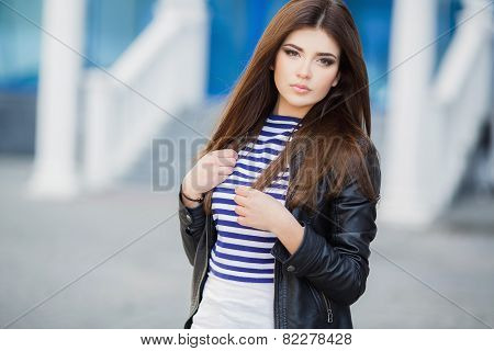 Beautiful fashionable young woman outdoors in the summer.