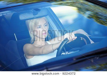Ella tiene un coche