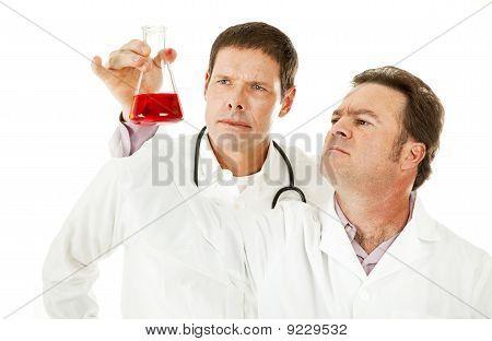 Los médicos examinan la muestra de sangre