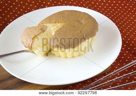 Serving Sponge Cake