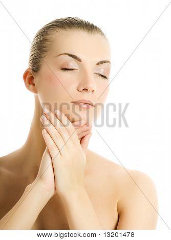 Schöne junge Frau, die ihr Gesicht massieren