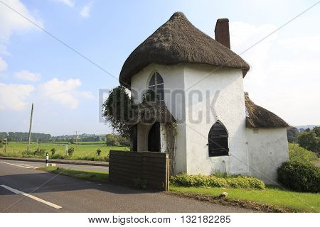 Hexagonal two-storey thatched toll house built around 1793 and served as a toll house when turnpikes were in use. A pouch hung on a hook over the door was used by coach drivers to pay the toll.