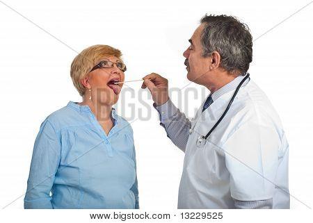 Reife Doktor untersuchen Halsschmerzen