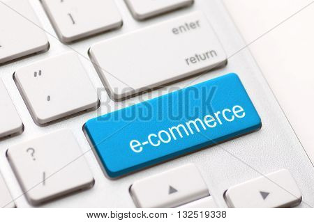 Computer keyboard with e commerce key - Stock Image.