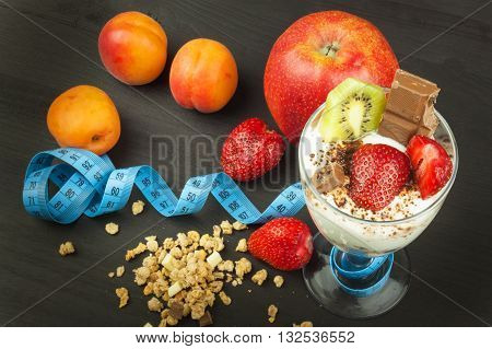 Glasses with yogurt and muesli. Healthy dietary supplements for athletes. Cheerios for breakfast. Muesli and fruit. The diet for weight loss. Muesli to eat. Sweet muesli. Muesli with yoghurt.