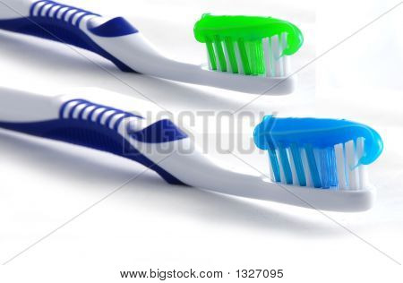 Zahnbürsten mit der Zahnpasta