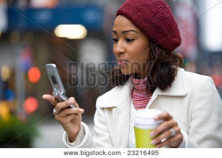 Business-Frau mit einem Telefon und Kaffee