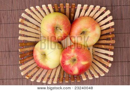 Äpfel in der Schale, auf der Matte