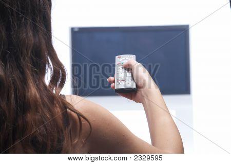 Frau mit Fernbedienung und Flat-Tv