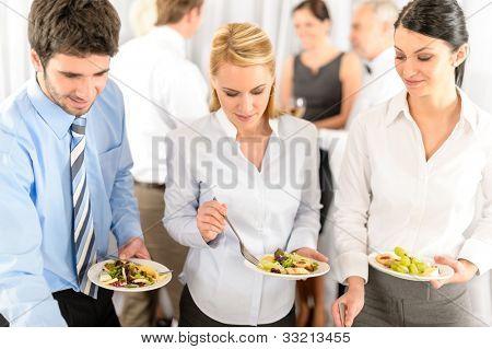Geschäftskollegen dienen selbst bei buecher catering Service Unternehmen-Ereignis