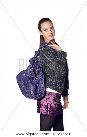 bela jovem posando de saco de couro, tweed verde, jaqueta e roxo mini saia e top branco