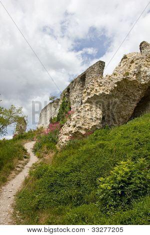 Defending walls in ruins