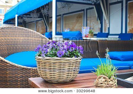 Flores en la mesa en los cafés al aire libre europeos.