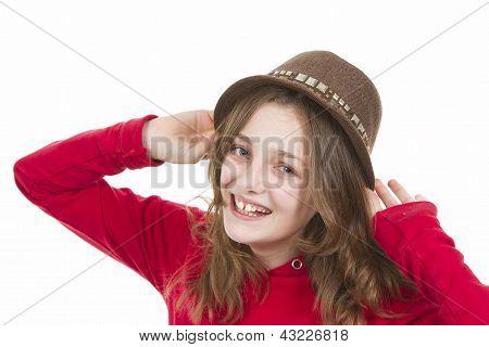 Pre teen jovem sorrindo e colocando em seu chapéu