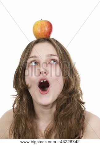 Pre teen jovem balanceamento uma maçã na cabeça
