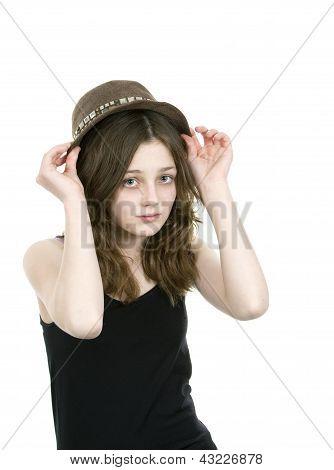 Pre teen jovem colocando um chapéu