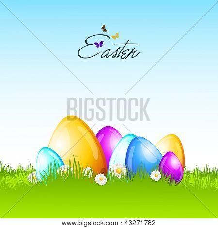 Huevos de Pascua colorido brillante sobre fondo de naturaleza.