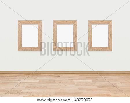 Marcos de madera vacíos sobre una pared blanca