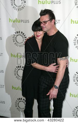 BEVERLY HILLS - MARCH 13:  Pauley Perrette and fiance Thomas Arklie arrive at the 2013 Paleyfest