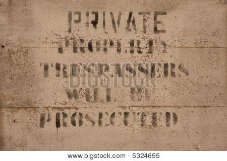 Sinal de propriedade privada no concreto