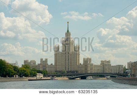 Kotelnicheskaya Embankment Building, Bolshoy Ustinsky Bridge And Boats On Moskva River
