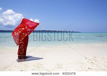 Rote Saree/Sari im Wind.
