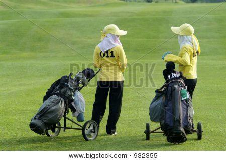 Dois transportadores em um campo de golfe
