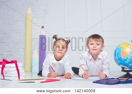 Students are to draw in the album. The concept of fun in a friendly company