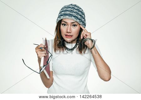 Asian women whose symptoms can not be seen without wearing eyeglasses.