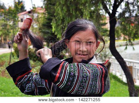 SAPA, VIETNAM, March 13, 2016 women, ethnic Hmong, high mountains, Sapa, Vietnam, comb hair, beauty