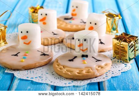 Melted snowman cookies with marshmallow and icing