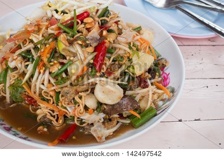 Papaya salad with instant noodles and seafood