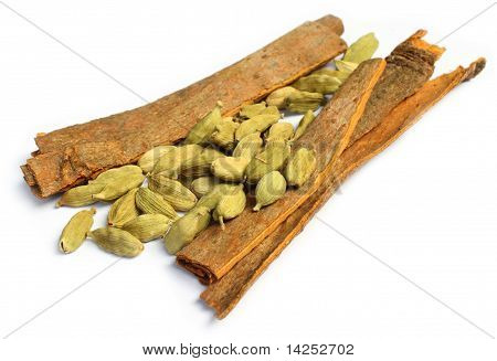 Cardamom seeds with cinnamon