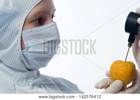apple check in the hands of the scientist
