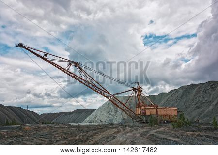 Walking electric shovel with a long boom