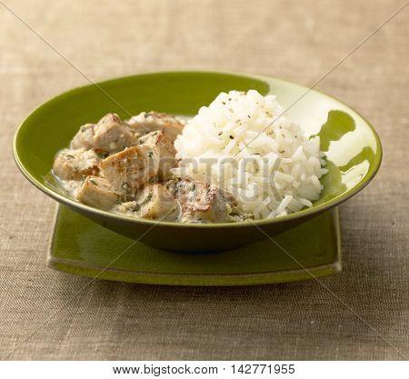 Tandoori veal with plain rice on green bowl