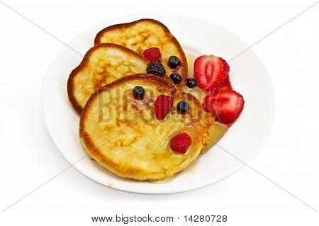 Drei Pfannkuchen mit Beeren