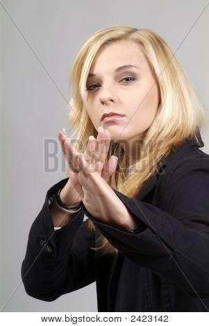 Mujer en posición de combate