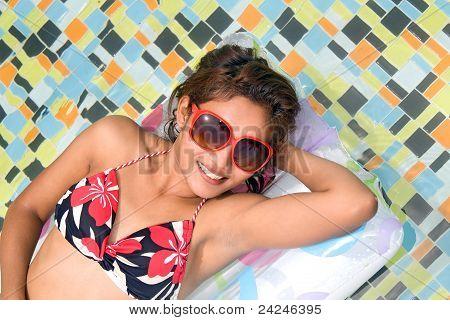 mujer en la cama de aire