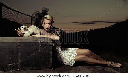 Senhora de glamour, posando com um animal