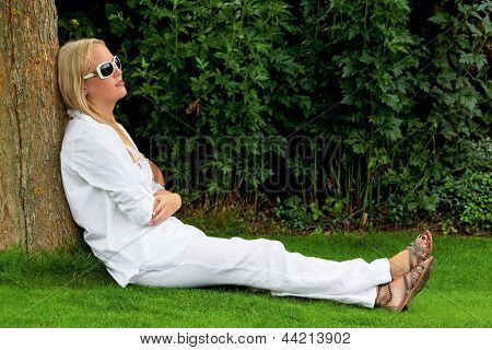 portrait of a woman with sunglasses. relaxing with sonnenlichtund protection against uv rays