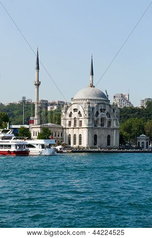 Istambul - Dolmabahce Mosque on the Bosporus Strait