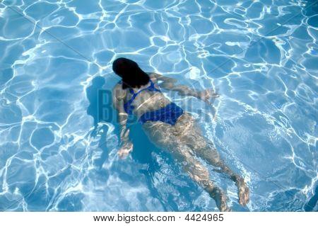 Menina nadar debaixo d'água