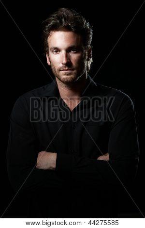 Retrato do fundo do determinado bem parecido homem vestindo camisa preta, preto.