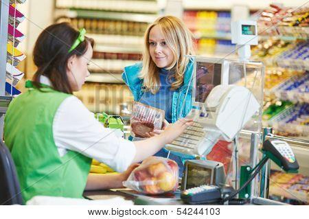 Постер, плакат: Клиентов покупать продукты питания в супермаркете и делая проверить с работником в кассу в магазине, холст на подрамнике
