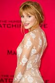 LOS ANGELES, CA - 18 NOVEMBER: Actrice Bella Thorne arriveert op de première van The Hunger Games: Cat