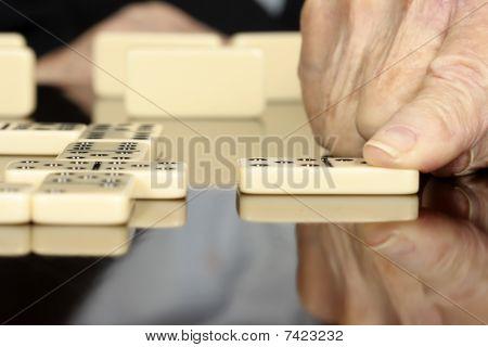 Personas mayores jugando dominó