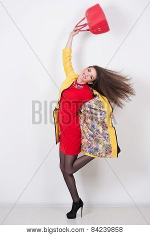 girl with a red bag and dress in yellow Polten