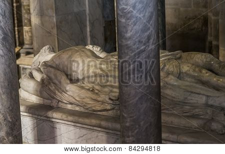 statue of  king Henri II,  in basilica of saint-denis,
