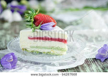 Strawberry cake with vanilla mousse